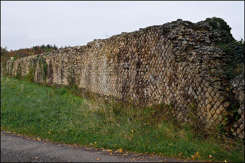 Photo du Monument Historique Vestiges de l'aqueduc dit de la Gagère situé à Chaponost