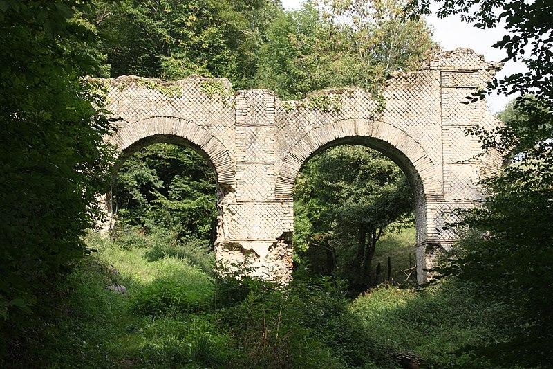 Photo du Monument Historique Pont-aqueduc dit le Pont des Granges (vestiges) situé à Saint-Maurice-sur-Dargoire
