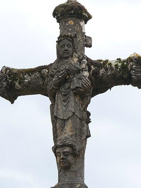 Photo du Monument Historique Croix en pierre située sur la place publique situé à Chariez