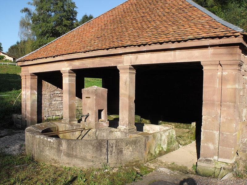 Photo du Monument Historique Fontaine-Lavoir du bas du village situé à Lomont