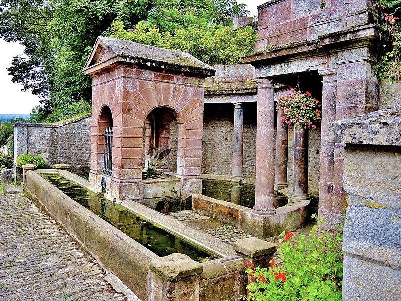 Photo du Monument Historique Fontaine dite Fontaine du Cygne situé à Montbozon