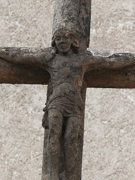Photo du Monument Historique Croix située devant l'église avec bas-relief daté de 1592 situé à Montigny-lès-Vesoul