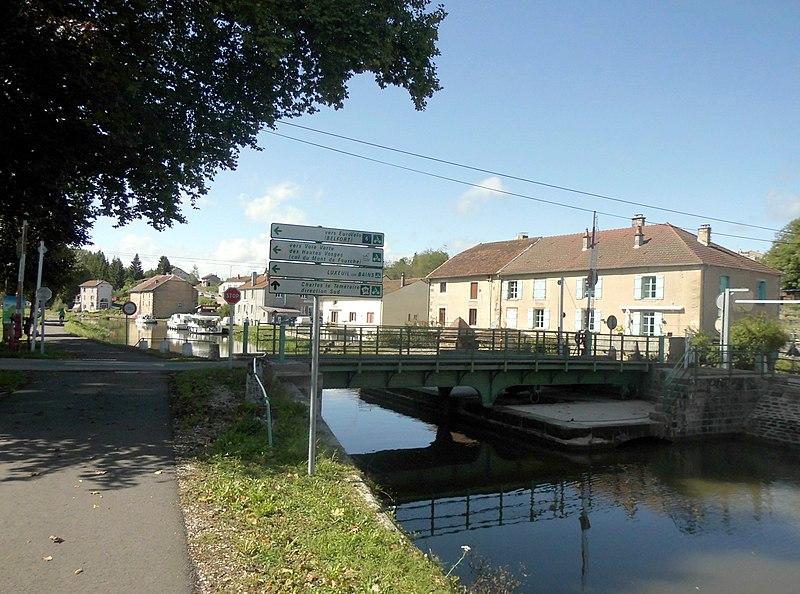 Photo du Monument Historique Pont tournant sur le canal de l'Est situé à Selles