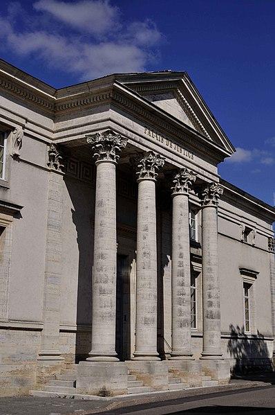 Photo du Monument Historique Palais de Justice situé à Gray