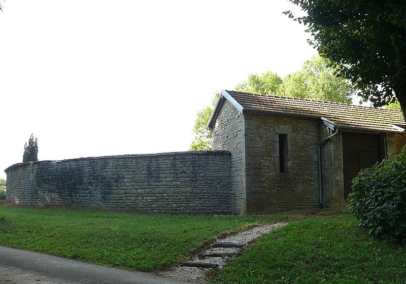 Photo du Monument Historique Fontaine-lavoir et cimetière situé à Pennesières