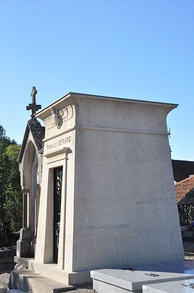 Photo du Monument Historique Tombe de la famille Gérard, située dans le cimetière situé à Jussey