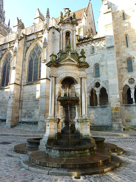 Photo du Monument Historique Fontaine Saint-Lazare situé à Autun