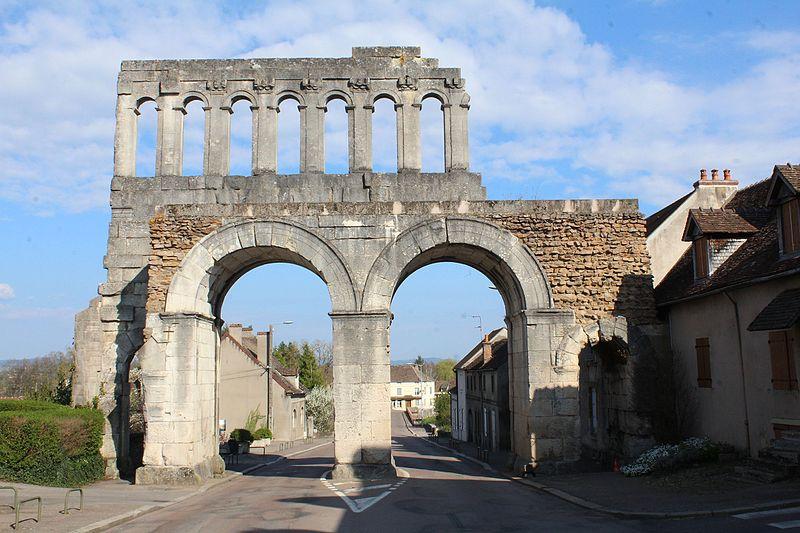 Photo du Monument Historique Porte d'Arroux situé à Autun