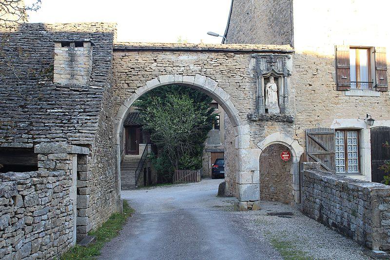 Photo du Monument Historique Porte avec niche et statue situé à Laives