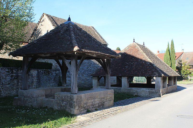 Photo du Monument Historique Fontaine et lavoir situé à Sennecey-le-Grand
