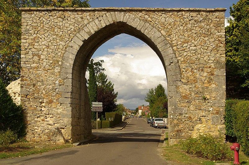 Photo du Monument Historique Enceinte médiévale situé à Bourg-le-Roi