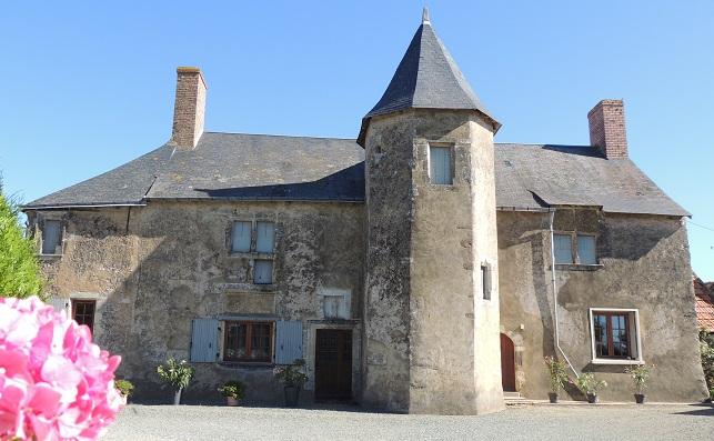 Photo du Monument Historique Manoir situé à Domfront-en-Champagne