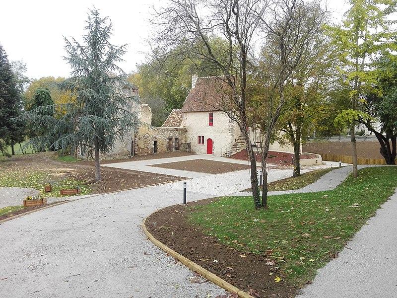 Photo du Monument Historique Logis médiéval situé à Juillé