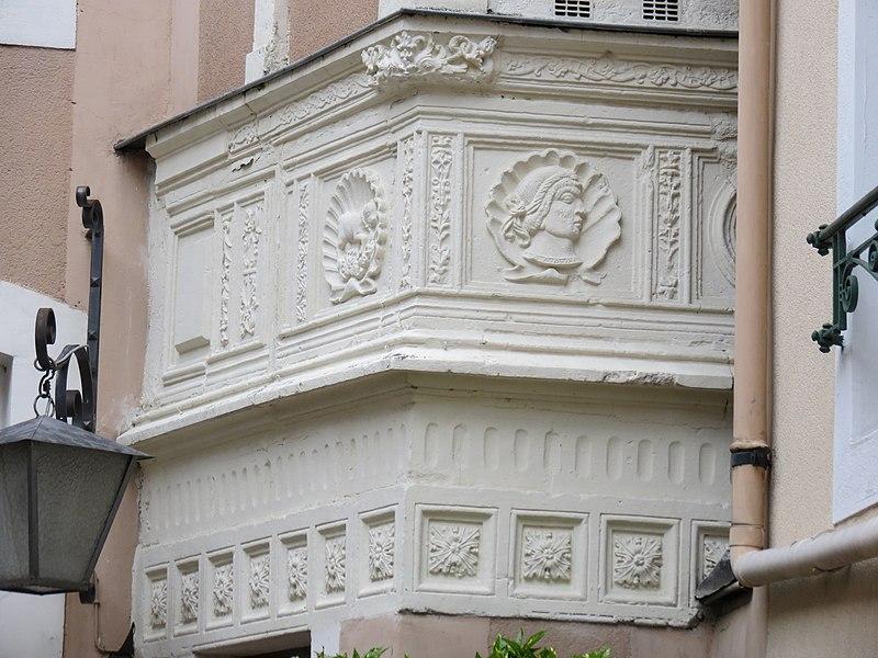 Photo du Monument Historique Eléments d'architecture sculptés de style Renaissance dans la cour de l'immeuble situé à Le Mans