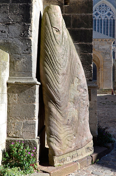 Photo du Monument Historique Menhir, dressé contre la cathédrale, dit Pierre Saint-Julien situé à Mans (Le)
