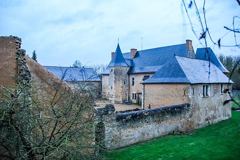 Photo du Monument Historique Manoir de Rousson situé à Parcé-sur-Sarthe