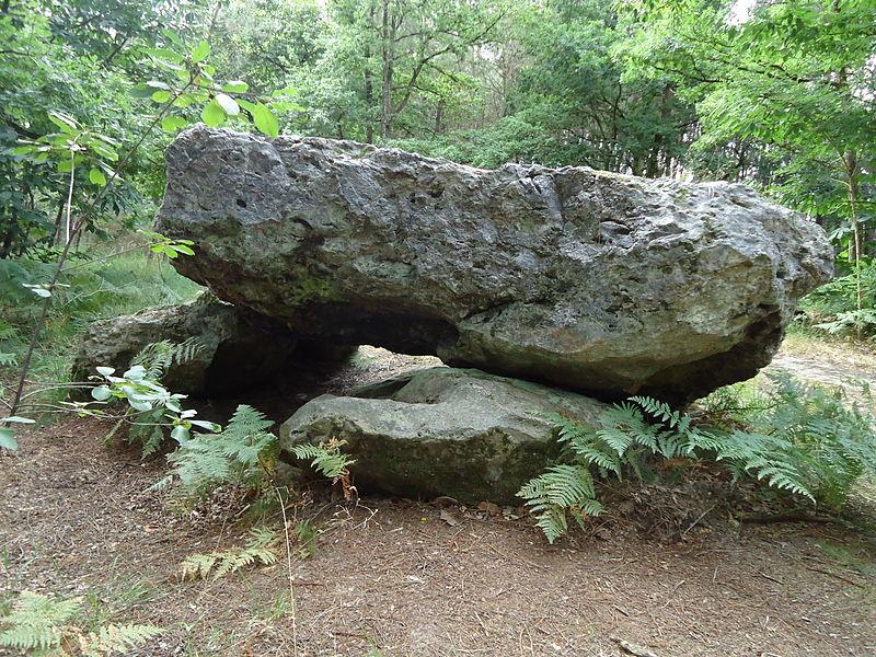 Photo du Monument Historique Monument mégalithique, dénommé la Pierre Couverte situé à Parigné-le-Pôlin