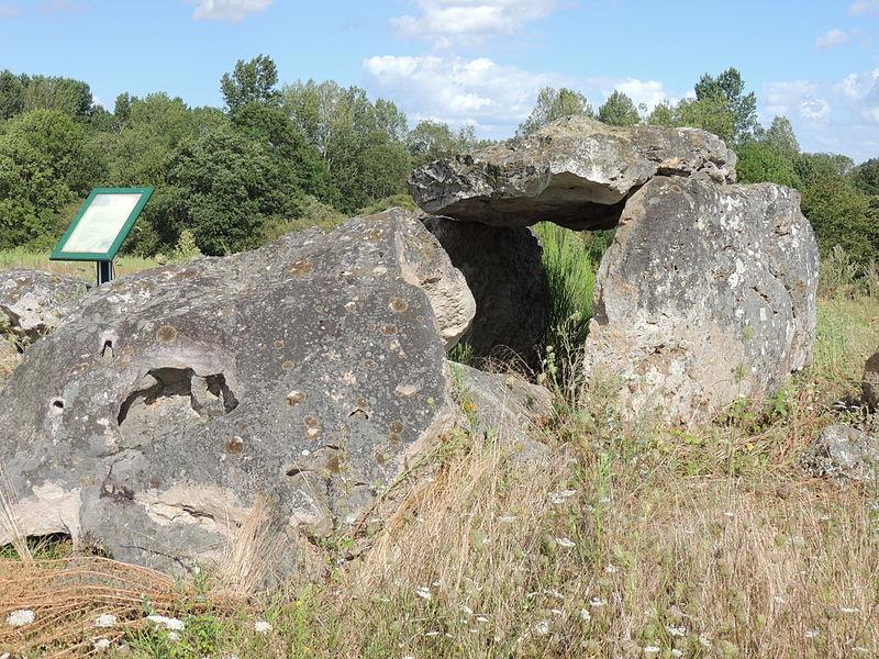 Photo du Monument Historique Dolmen d'Amnon situé à Saint-Germain-d'Arcé
