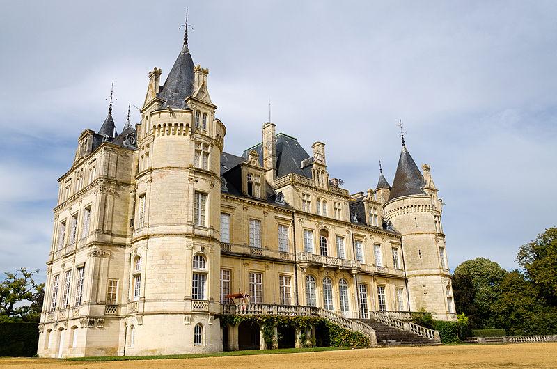 Photo du Monument Historique Château et ses communs situé à Le Luart