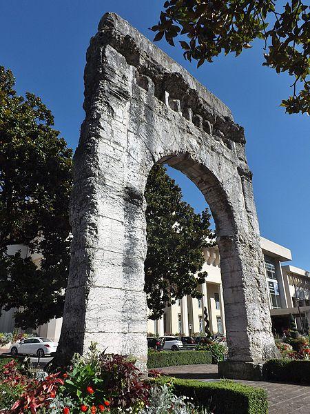 Photo du Monument Historique Arc de Campanus situé à Aix-les-Bains