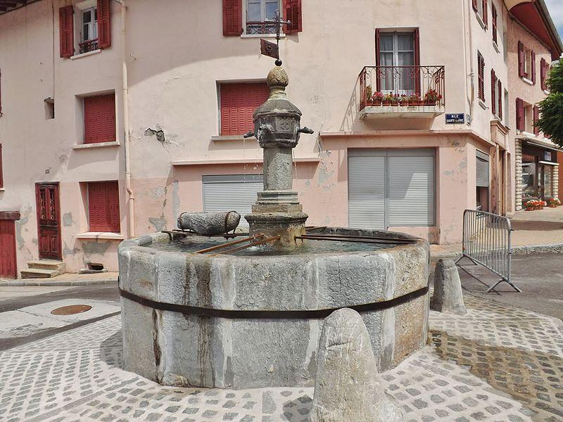 Photo du Monument Historique Fontaine en granit situé à Modane