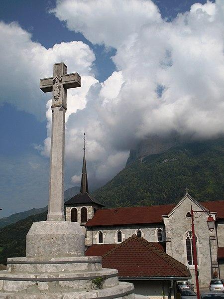Photo du Monument Historique Croix sur la place de l'église situé à Alex