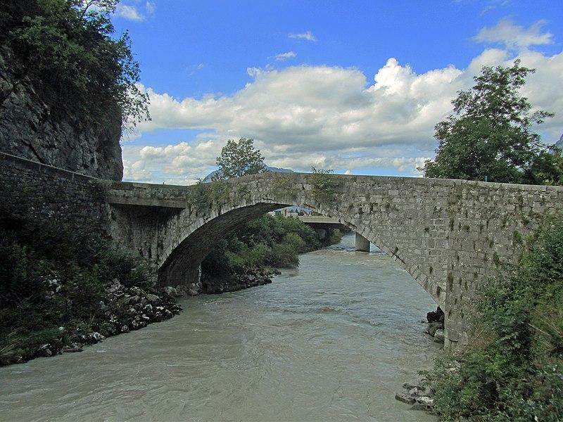 Photo du Monument Historique Pont dit le Pont Vieux situé à Cluses