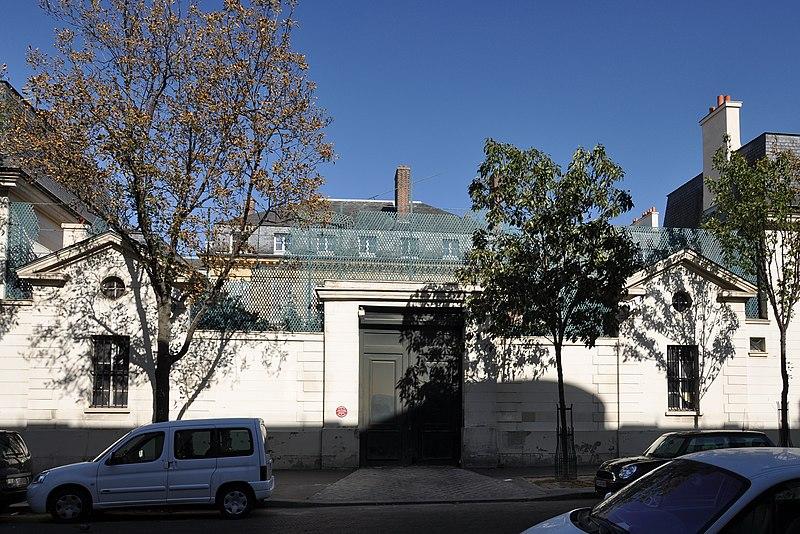 Photo du Monument Historique Hôtel de Beaumont (ancien hôtel Masserano) : bâtiments entourant la cour d'entrée et le jardin situé à Paris 7e Arrondissement