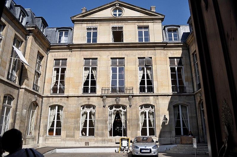 Photo du Monument Historique Hôtel de Castries ou ancien hôtel de Broglie, actuellement ministère chargé des relations avec le parlement situé à Paris 7e Arrondissement
