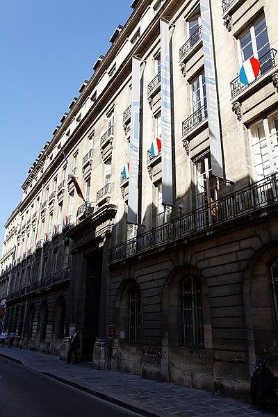 Photo du Monument Historique Ancien hôtel de Courteilles ou de Rochechouart, actuellement ministère de l'éducation nationale situé à Paris 7e Arrondissement