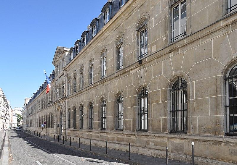 Photo du Monument Historique Ancien hôtel, actuellement ministère des DOM-TOM situé à Paris 7e Arrondissement