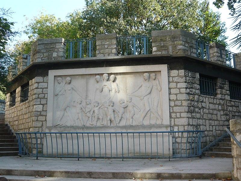 Photo du Monument Historique Square Saint-Lambert situé à Paris 15e Arrondissement