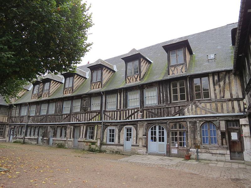 Photo du Monument Historique Aître de Saint-Maclou situé à Rouen