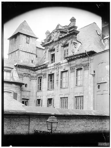 Photo du Monument Historique Hôtel de Giraucourt situé à Rouen