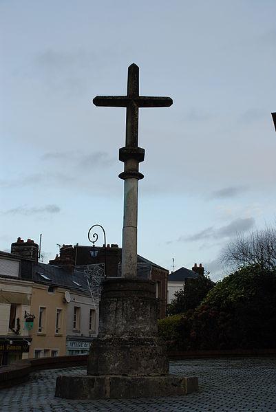 Photo du Monument Historique Croix de village en pierre dans le jardin de l'église situé à Saint-Romain-de-Colbosc