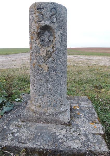 Photo du Monument Historique Borne fleurdelysée n° 38 situé à La Chapelle-Saint-Sulpice