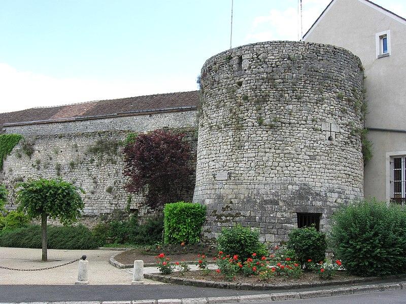 Photo du Monument Historique Porte Madeleine  , à l'entrée de la ville situé à Château-Landon