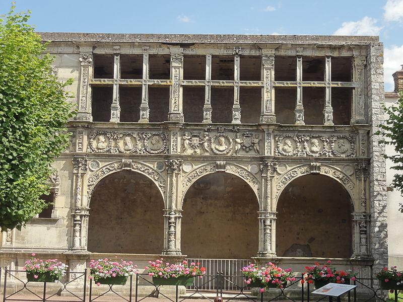 Photo du Monument Historique Maison dite de François Ier ou Hôtel de Chabouillé, dans la cour de l'Hôtel de ville situé à Moret-sur-Loing