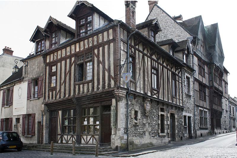 Photo du Monument Historique Maisons néogothiques situé à Moret-sur-Loing