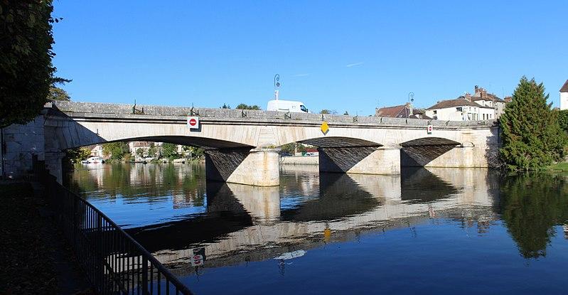 Photo du Monument Historique Grand pont situé à Nemours