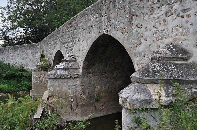 Photo du Monument Historique Pont Saint-Pierre ou pont de Grégy situé à Evry-Grégy-sur-Yerre