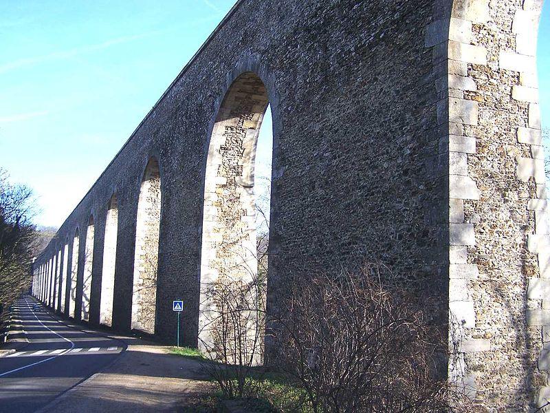 Photo du Monument Historique Aqueduc situé à Buc