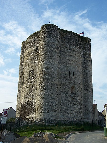 Photo du Monument Historique Château fort situé à Houdan
