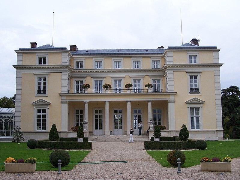 Photo du Monument Historique Château de Voisins situé à Louveciennes