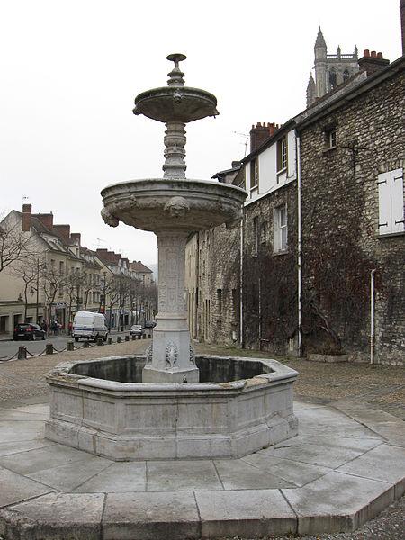 Photo du Monument Historique Fontaine de l'Hôtel-de-Ville situé à Mantes-la-Jolie