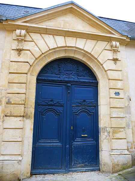 Photo du Monument Historique Ancien Hôtel, puis ancienne école paroissiale Saint-Louis situé à Mantes-la-Jolie