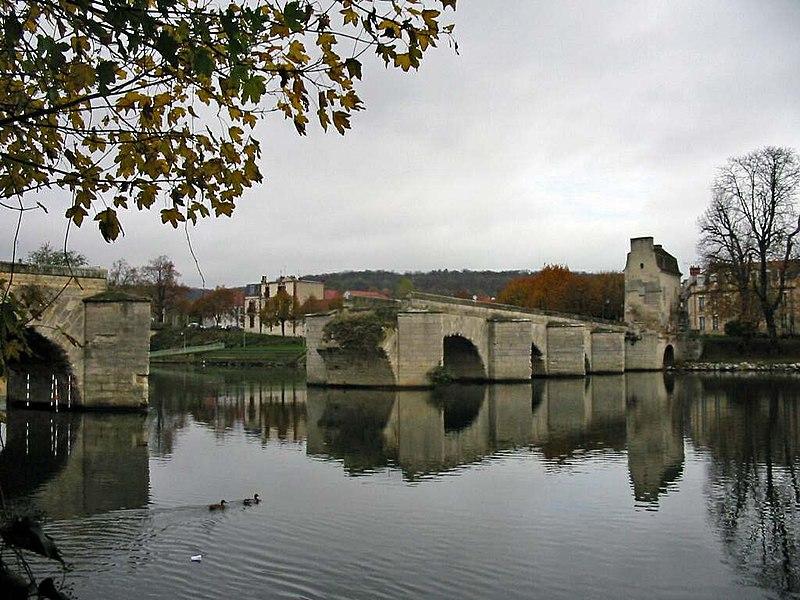 Photo du Monument Historique Vieux pont de Limay (également sur commune de Limay) situé à Mantes-la-Jolie