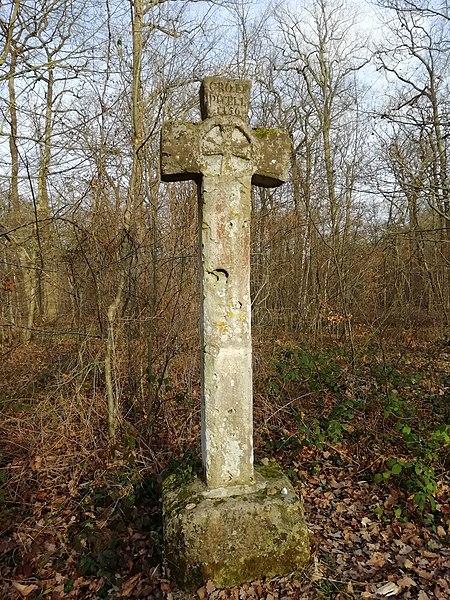 Photo du Monument Historique Croix Pucelle situé à Saint-Germain-en-Laye