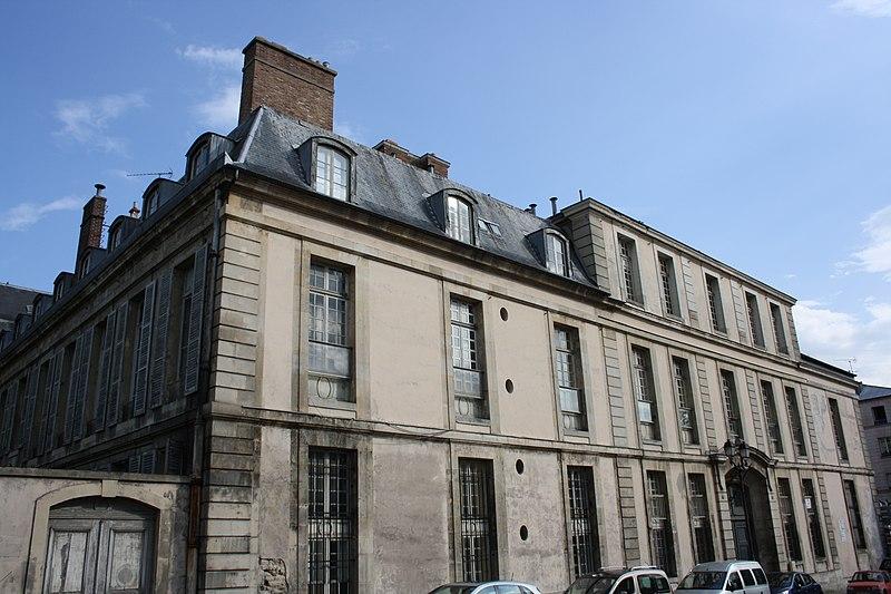 Photo du Monument Historique Ancien hôtel de la Surintendance des Bâtiments du Roi, puis ancien petit séminaire, puis Caserne Vauban situé à Versailles