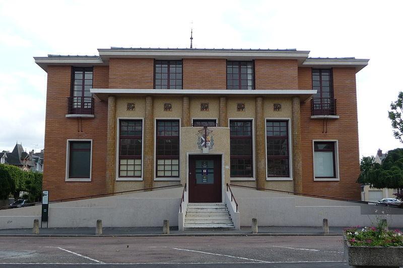 Photo du Monument Historique Hôtel des Postes situé à Rambouillet